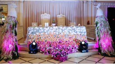 Юбка президиума  и павлины выполнены полностью из живых цветов